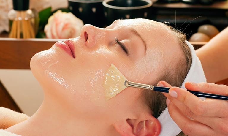 Dùng dầu oliu kết hợp với các nguyên liệu tự nhiên dùng để làm mặt nạ dưỡng da rất tốt