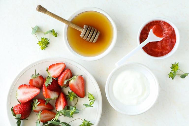 Mặt nạ dâu tây, mật ong và sữa chua có tác dụng dưỡng ẩm và làm bật tông da rất tốt