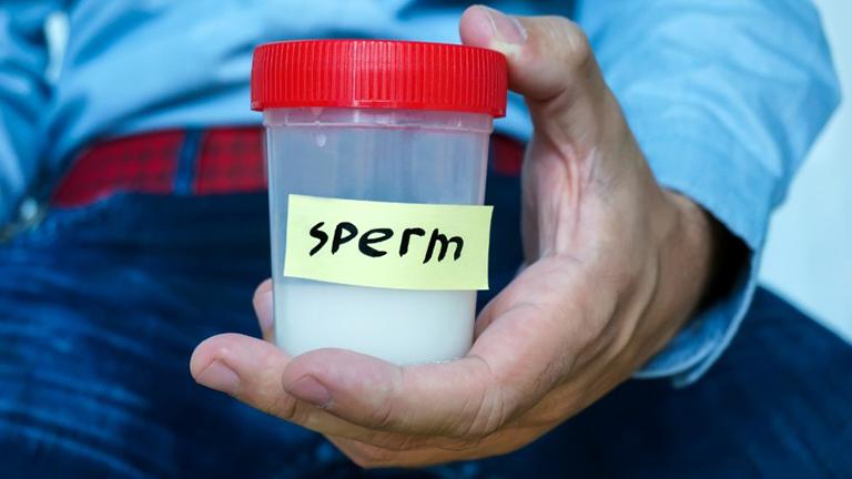 Thường xuyên kiểm tra màu sắc và tình trạng của tinh dịch sau mỗi lần xuất tinh. Khi có dấu hiện bất thường, nam giới nên đi gặp bác sĩ để thăm khám và hướng điều trị kịp thời