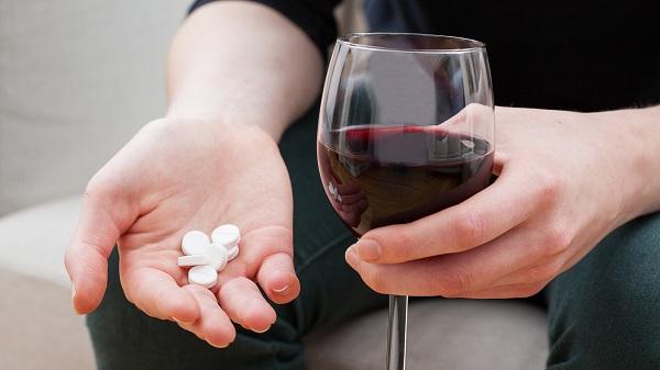 Uống thuốc với rượu, tác hại khôn lường