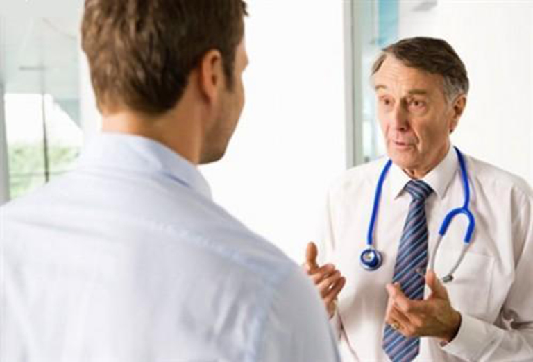 Khi nghi ngờ bản thân bị yếu sinh lý nam giới nên đến gặp bác sĩ để tiến hành thăm khám và điều trị