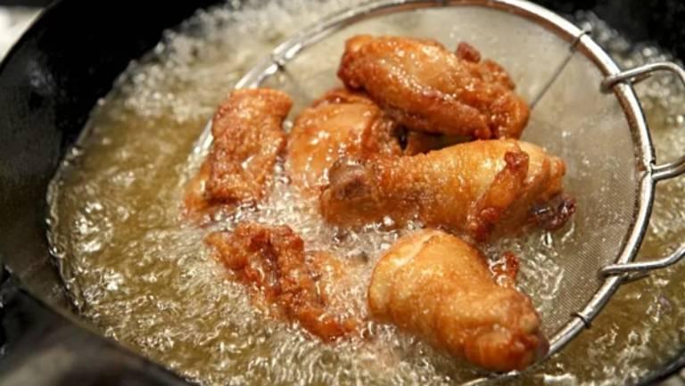 Ăn nhiều thức ăn nhiều dầu mỡ là một trong những nguyên nhân gây yếu sinh lý ở nam giới