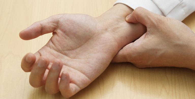 Dùng lực tác động lên huyệt nội quan ở cổ tay với lực đủ mạnh để gây căng tức và tê