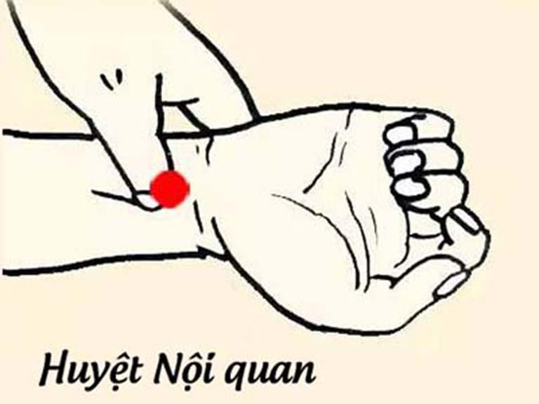 Bấm huyệt nội quan trên cổ tay có tác dụng chống xuất tinh sớm ở nam giới