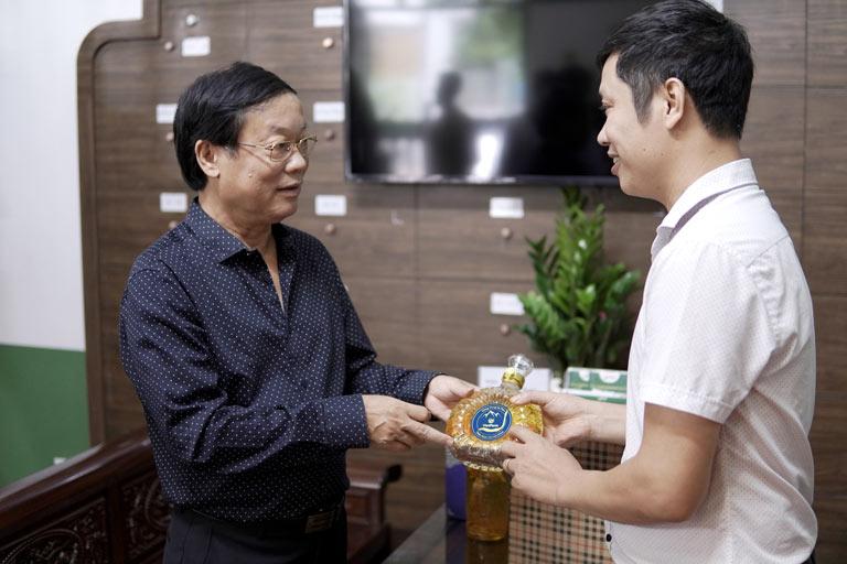 Nghệ sĩ Phú Thăng lựa chọn đông trùng hạ thảo Vietfarm để tăng cường sức khỏe