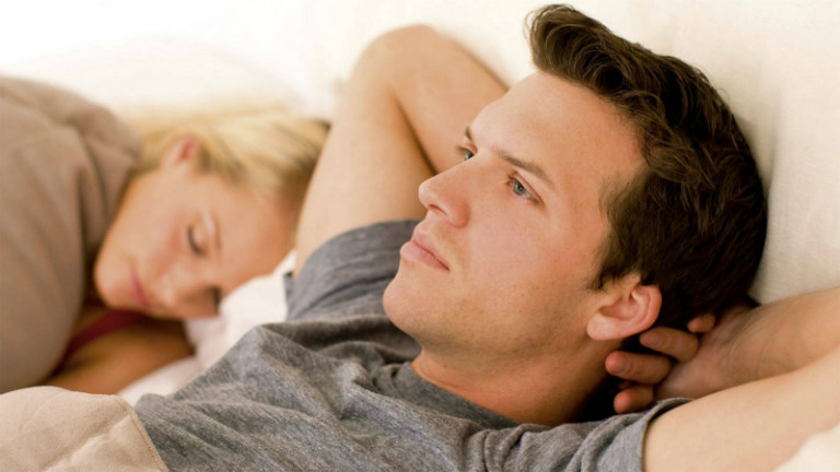 Có rất nhiều nguyên nhân gây yếu sinh lý ở nam giới như căng thẳng kéo dài, tuổi tác, bệnh lý, lạm dụng thuốc Tây,...