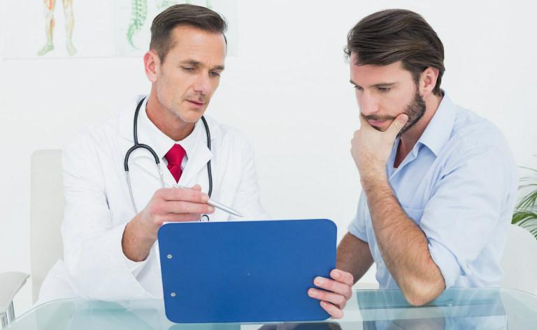 Đàn ông yếu sinh lý cần đến gặp bác sĩ để được khám và điều trị càng sớm càng tốt, chớ nên e ngại.