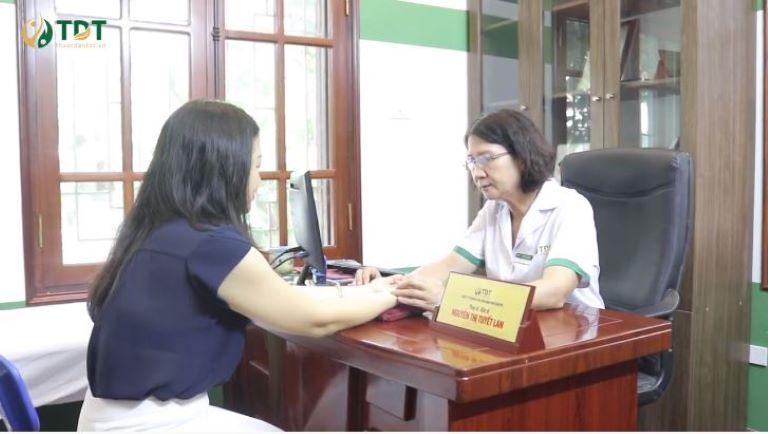 Chị Lan đã đến Thuốc dân tộc và được bác sĩ Tuyết Lan trực tiếp thăm khám