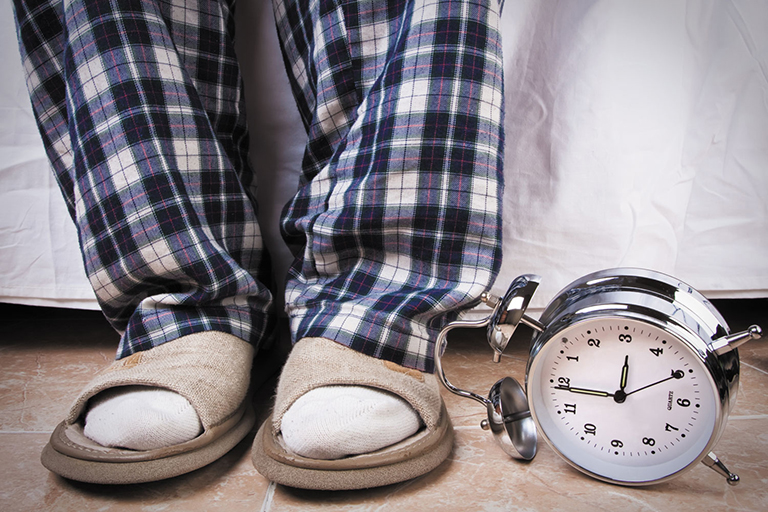 Tình trạng đi tiểu nhiều về đêm do thận yếu gây rối loạn giấc ngủ, khiến cơ thể mệt mỏi, tăng nguy cơ đột quỵ