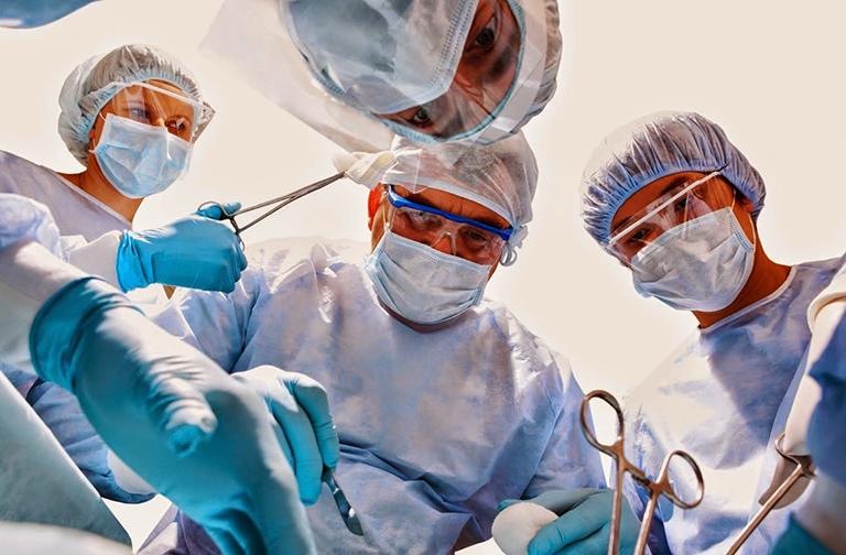 Phẫu thuật cắt từng búi trĩ