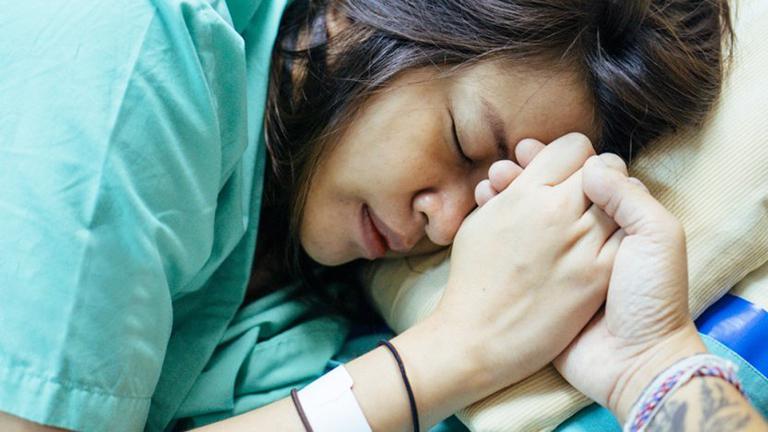 Sức khỏe suy yếu cùng những tổn thương ở bộ phận sinh dục sau sinh là một trong những nguyên nhan gây hậu sản
