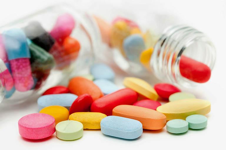 Uống thuốc chữa bệnh trĩ