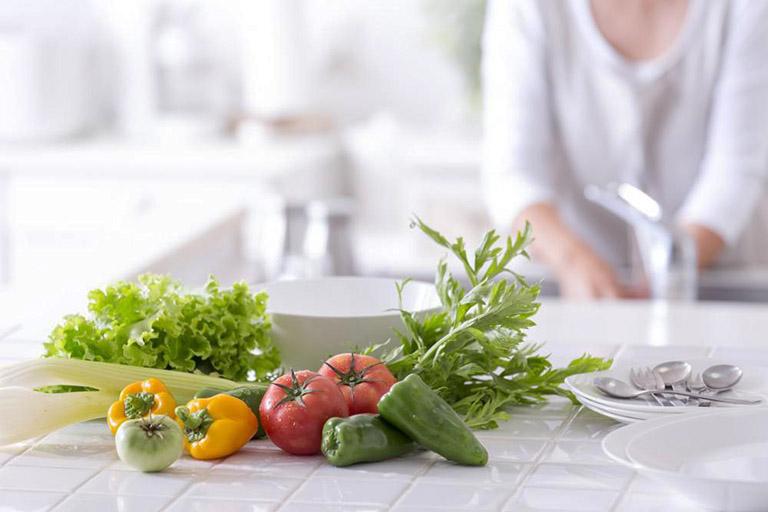 Bổ sung cho cơ thể những dưỡng chất cần thiết, đặc biệt là chất xơ có trong các loại rau xanh, củ quả tươi, các loại thịt, các loại ngũ cốc