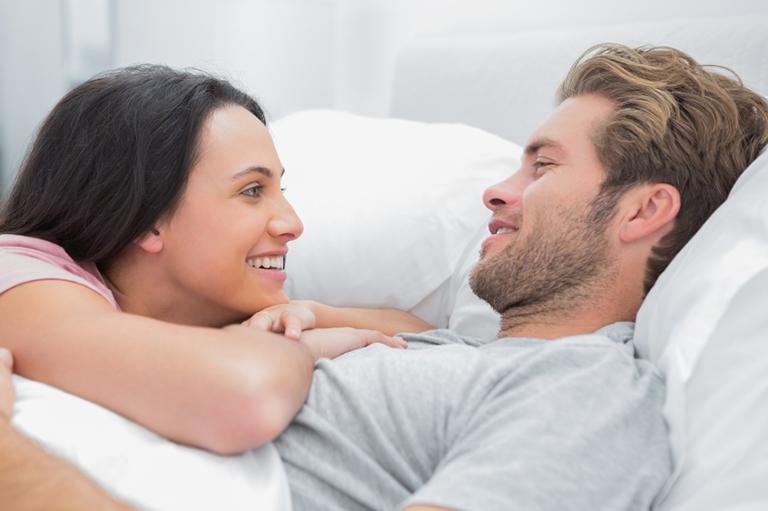 Sự thấu hiểu và lời động viên của người vợ cũng chính là liều thuốc hữu hiệu nhất giúp chồng không phải lo lắng nhiều khi mắc bệnh yếu sinh lý