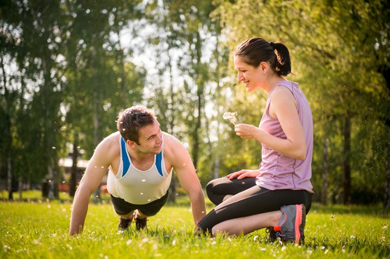 Cùng chồng vận động cơ thể để tăng cường sức khỏe và cải thiện bệnh lý được hiệu quả