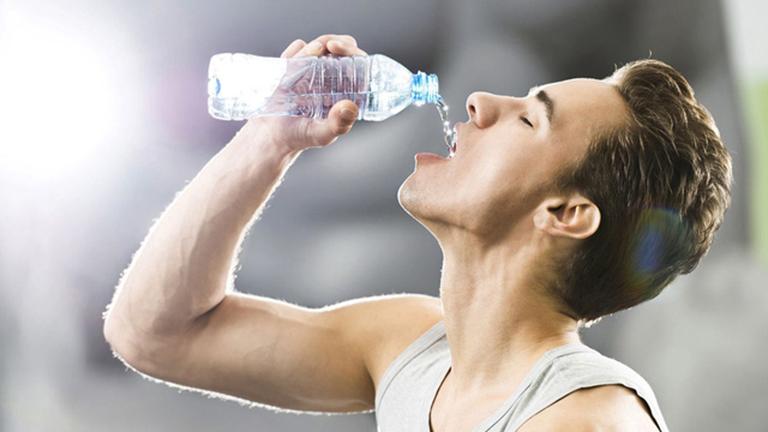 Nam giới nên bổ sung đủ nước cho cơ thể để tăng cường sức khỏe và cải thiện đời sống tình dục