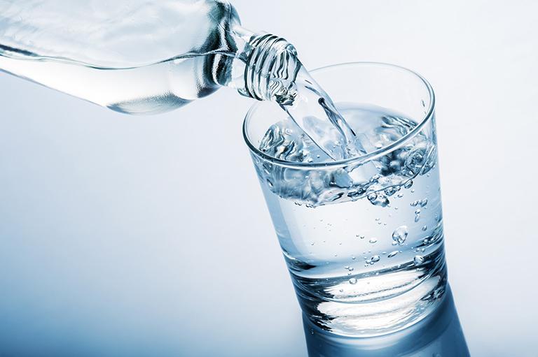 Uống đủ lượng nước theo tiêu chuẩn, không uống quá ít hoặc quá nhiều để tránh làm ảnh hưởng đến chức năng thận