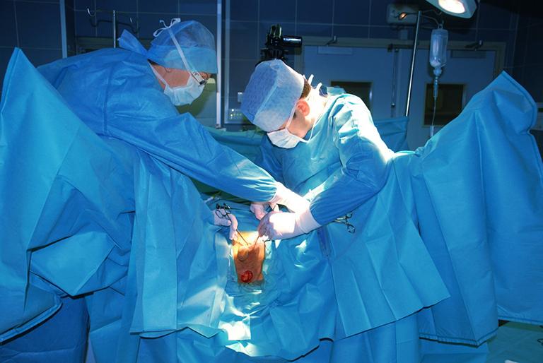 Phẫu thuật nối thông động mạch được thực hiện để cải thiện tình trạng tắc nghẽn ở động mạch do chấn thương ở thể háng hoặc gãy xương chậu