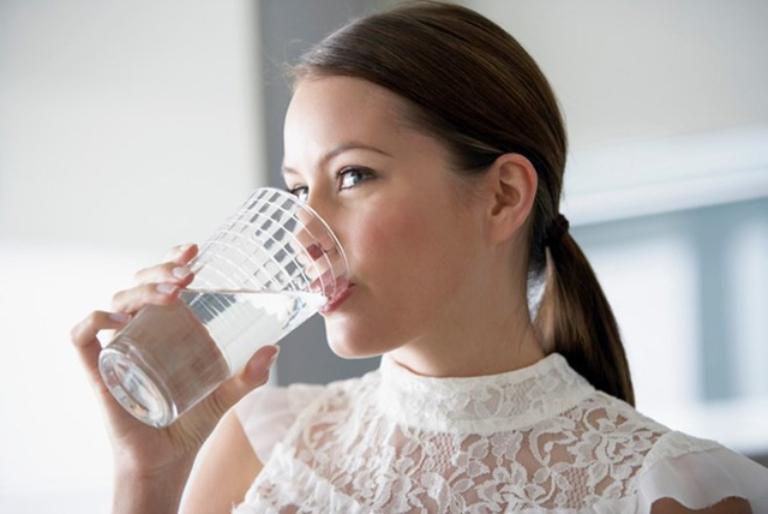Uống đủ nước mỗi ngày để tăng cường quá trình đào thải độc tốt ra ngoài cơ thể