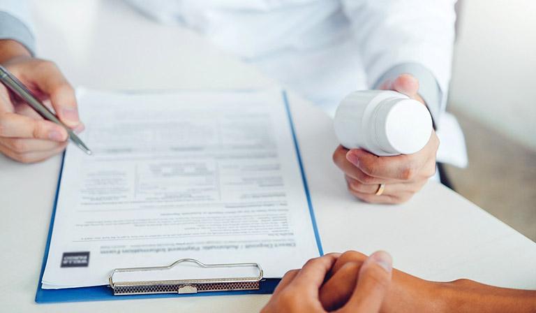 Điều trị bằng thuốc chỉ áp dụng cho các trường hợp sa búi trĩ nhẹ, những trường hợp nghiêm trọng thường được chỉ định cắt bỏ búi trĩ bằng các phương pháp phẫu thuật