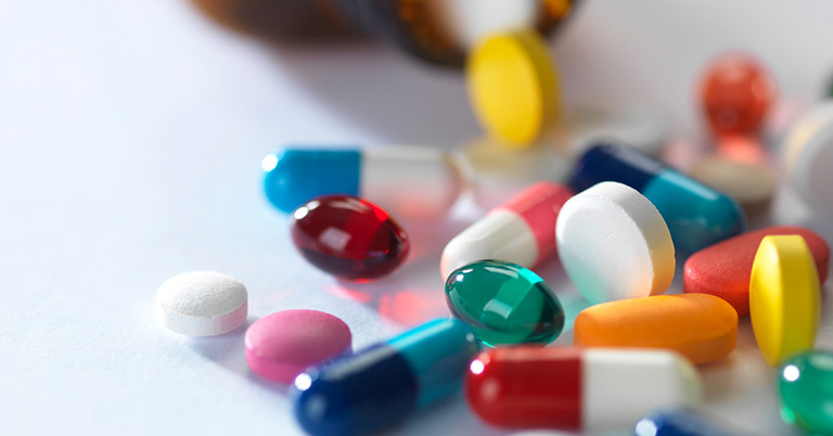 Điều trị tình trạng sa búi trĩ bằng thuốc chỉ áp dụng cho các trường hợp ở mức độ nhẹ với các loại thuốc chứa các thành phần kháng sinh, giảm đau, hạn chế tình trạng chảy máu