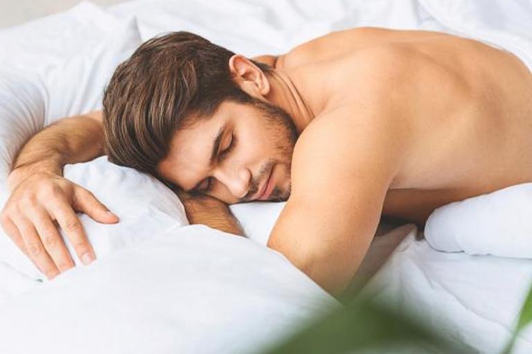 Sáng ngủ dậy dương vật không cương có phải yếu sinh lý?