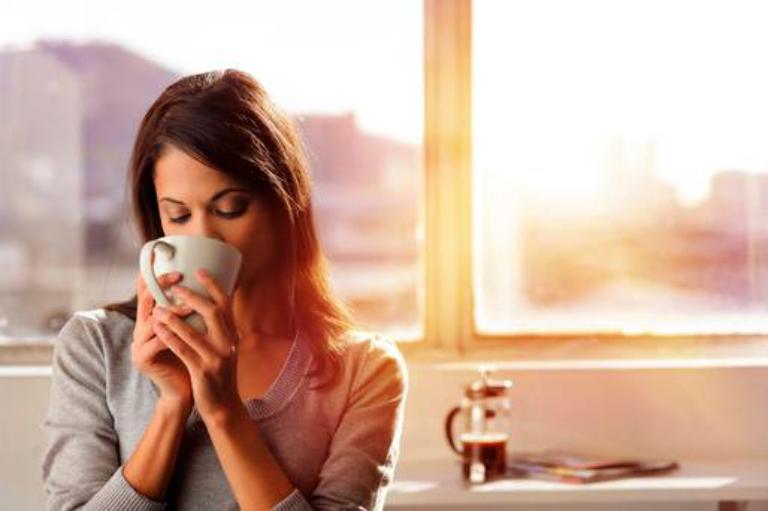 Bổ sung nước vào buổi sáng sóm giúp thanh lọc cơ thể và hạn chế áp lực cho thận