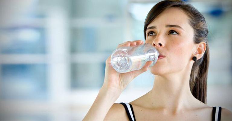 Chị em nên bổ sung đủ nước cho cơ thể mỗi ngày để quá trình đào thải độc tố diễn ra dễ dàng hơn