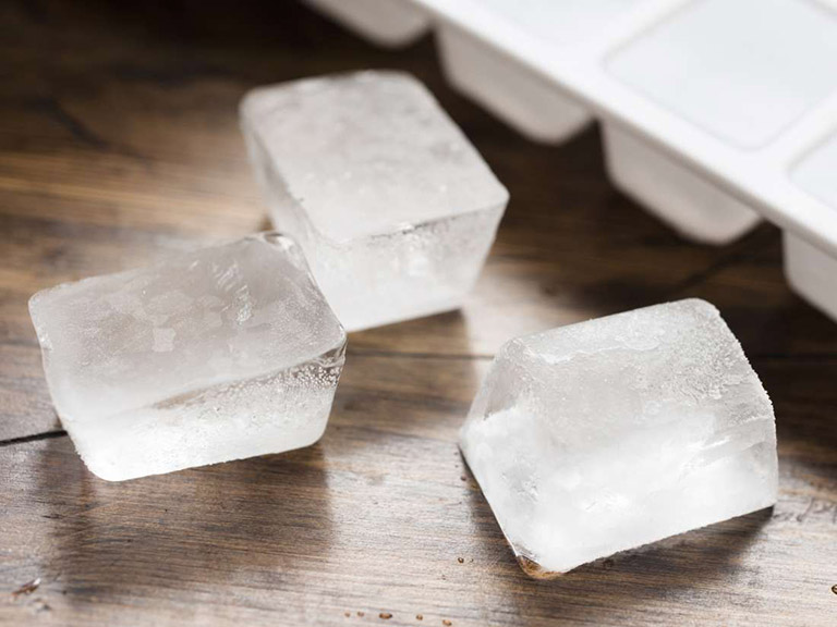 Các cơn đau sẽ được đánh tan khi người bệnh biết cách sử dụng túi nước lạnh để chườm lên vùng hậu môn