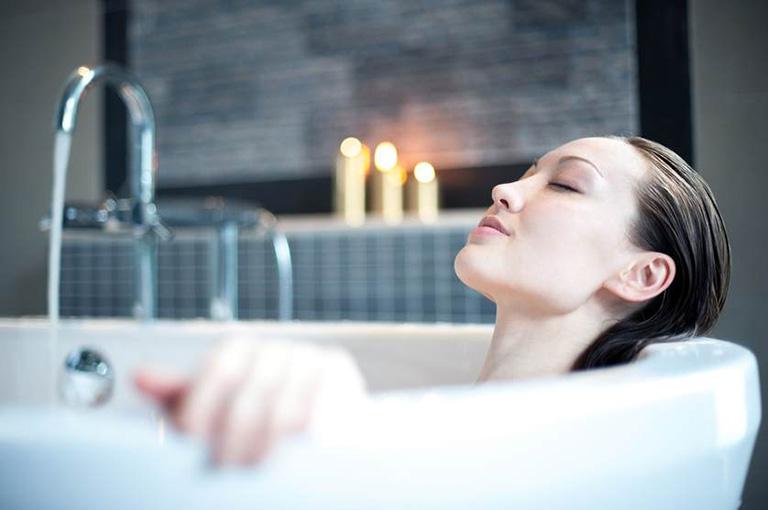 Mỗi ngày dành thời gian ngâm mình trong bồn nước ấm khoảng 20 phút để giải thiểu các cơn đau do sa búi trĩ