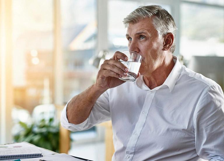 Bổ sung cho cơ thể đủ lượng nước theo khuyến cáo của các chuyên gia