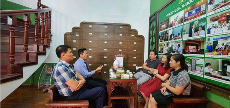 Ông Nguyễn Quang Hưng tiếp đón đoàn đại biểu của Bộ Y tế tham quan và làm việc tại Trung tâm Thuốc dân tộc