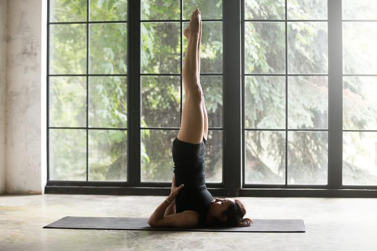Tư thế ngọn nến trong yoga giúp tăng sự chắc khỏe cho cơ xương và chống xuất tinh sớm