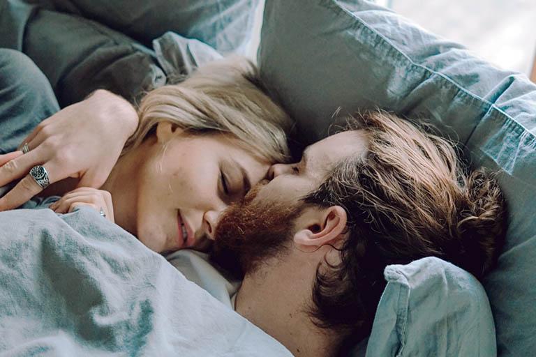 Các anh chồng đừng quên dành cho nàng những cái ôm và nụ hôn để nàng dễ mềm lòng và bước vào cuộc yêu được dễ dàng