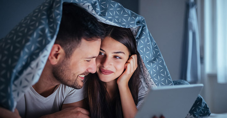 """Cùng vợ xem những bộ phim """"nóng bỏng"""" để kích thích sự ham muốn ngay trên giường hoặc trên ghế sofa"""