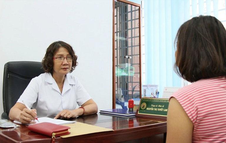 Bác sĩ Nguyễn Thị Tuyết Lan đang thăm khám cho bệnh nhân bị mề đay