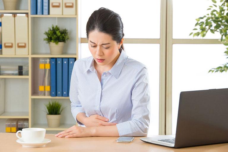 Đau vùng bụng trên rốn là dấu hiệu phổ biến