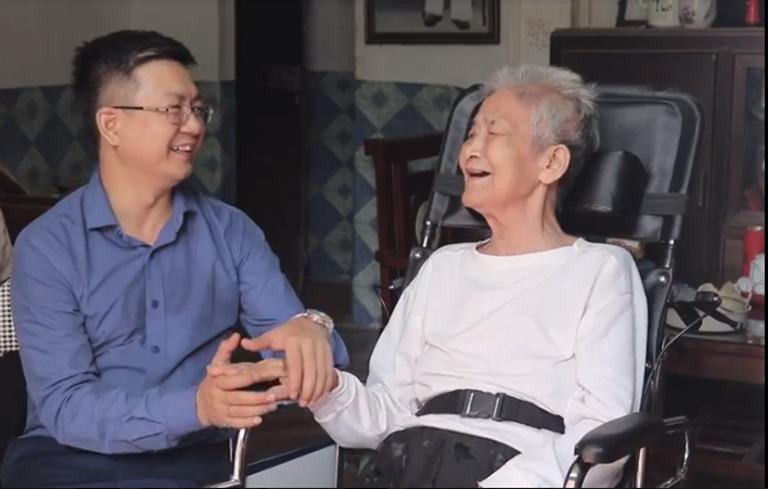 Cụ Hiển dặn dò đôi điều với người cháu trai của mình - lương y Đỗ Minh Tuấn