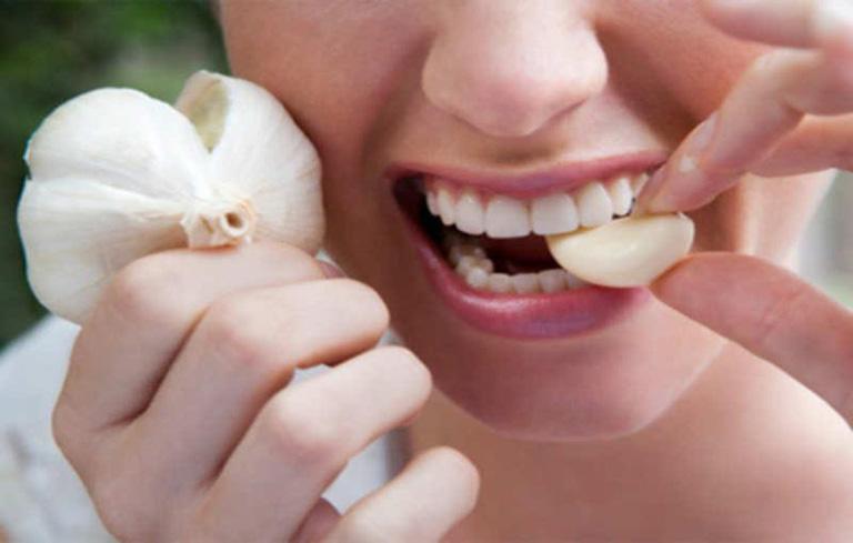 Ăn tỏi sống hàng ngày cũng rất tốt cho việc giảm triệu chứng viêm xoang