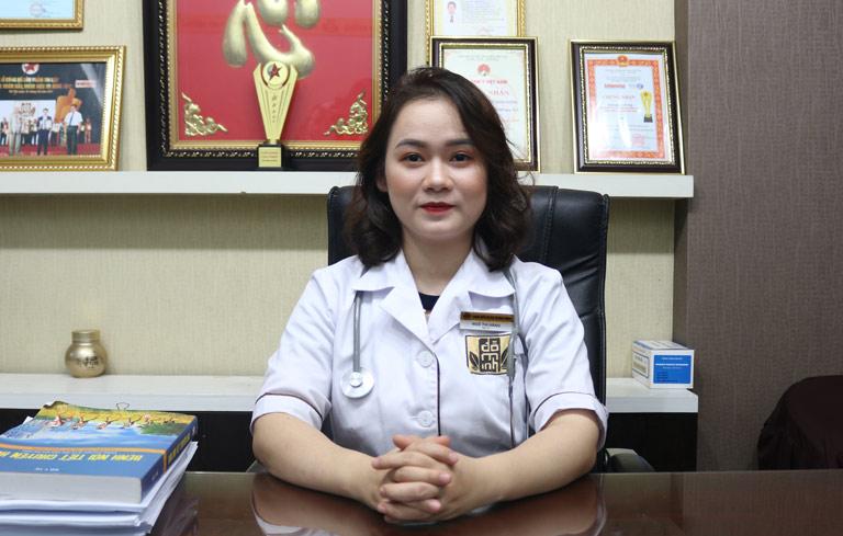 BS Hằng chịu trách nhiệm và điều trị bệnh phụ khoa tại nhà thuốc Nam Đỗ Minh Đường