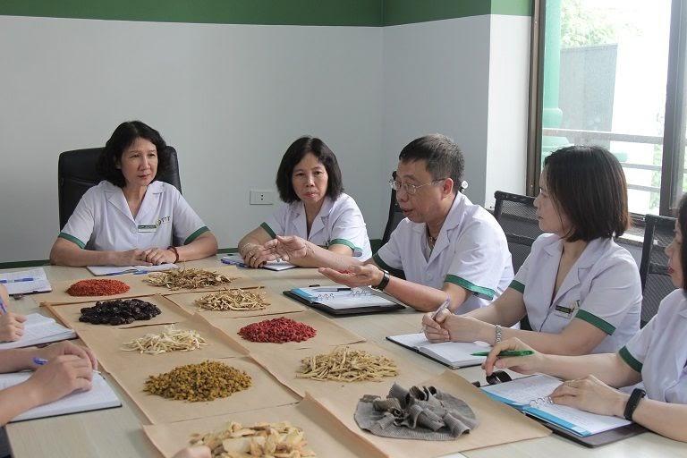 Bác sĩ Nguyễn Thị Tuyết Lan và đội ngũ bác sĩ tại Trung tâm Thuốc dân tộc