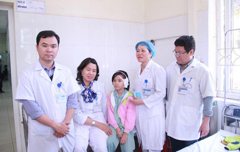 Bác sĩ chữa viêm xoang giỏi Quách Thị Cần (người thứ hai từ phải qua)