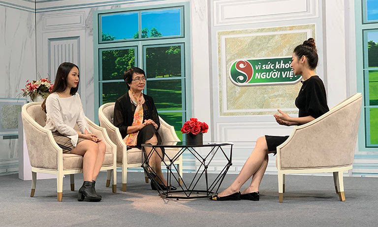 Bác sĩ Nhuần và khách mời Huyền Anh chia sẻ về các phương pháp loại bỏ mụn tại chương trình