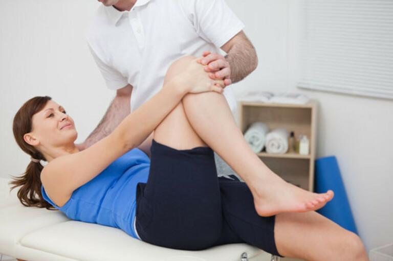 Bài tập chữa thoái hóa khớp gối với tư thế nằm có thể nhờ người khác trợ giúp nếu mới tập lần đầu