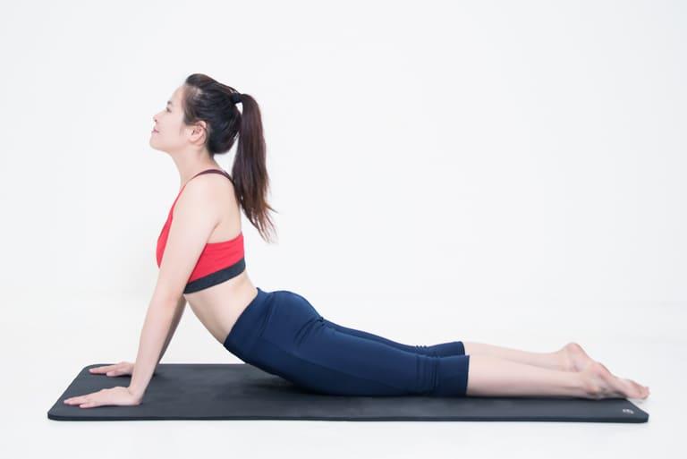 Tư thế rắn hổ mang rất tốt trong việc hồi phục chức năng của xương cột sống thắt lưng đối với người bị thoát vị đĩa đệm ở vị trí này