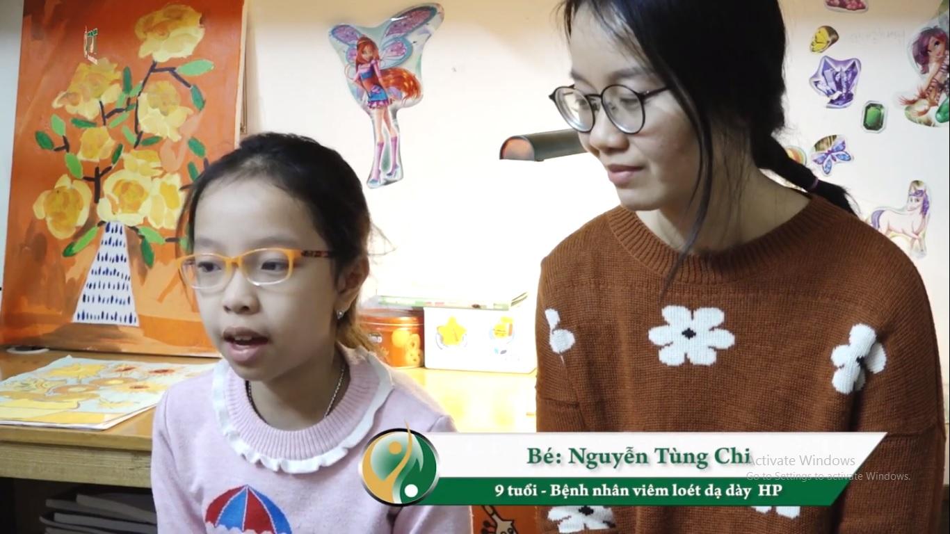 Bé Tùng Chi và mẹ