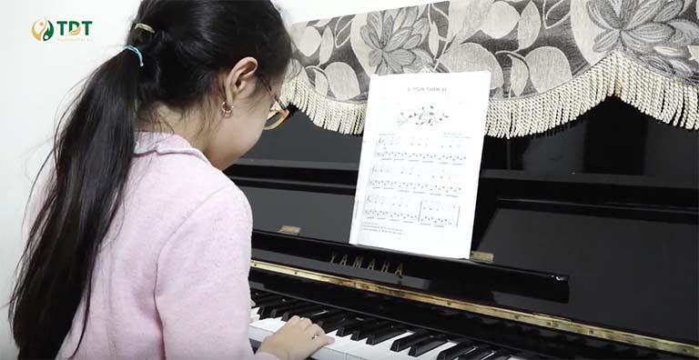 Sau khi khỏi bệnh bé Tùng Chi có thể vui vẻ thực hiện đam mê âm nhạc của mình