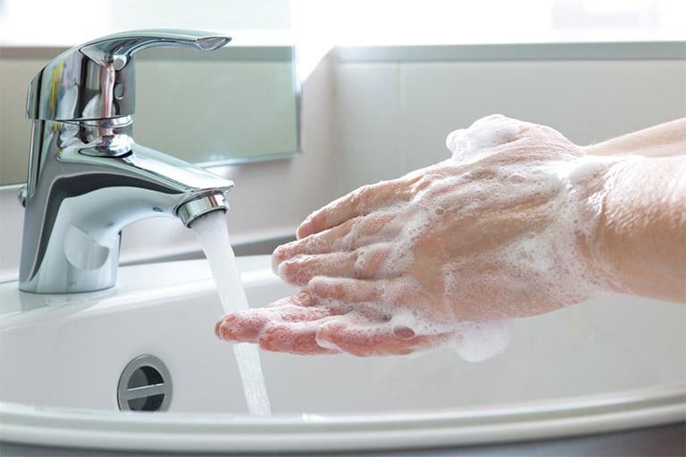 Rửa tay bằng xà phòng khi sau khi tiếp xúc với các vật dụng cá nhân của người mắc bệnh ho gà