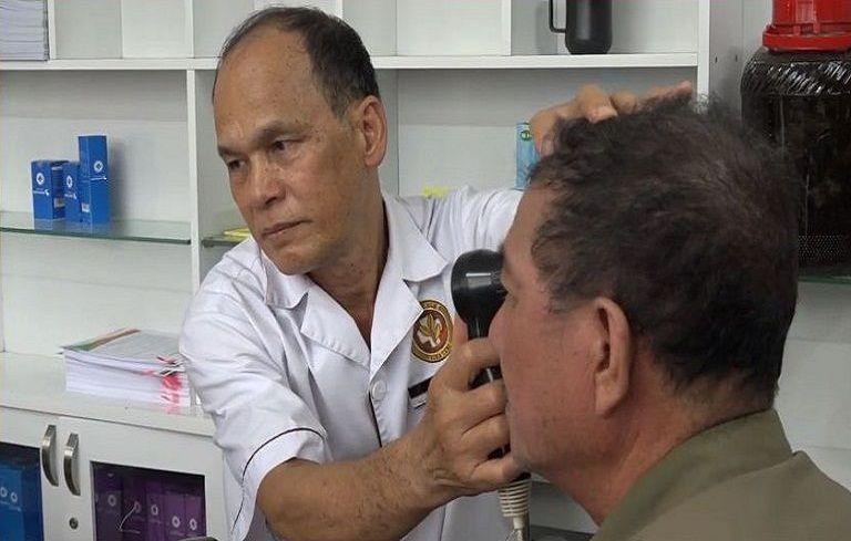 Bác sĩ khám chữa á sừng
