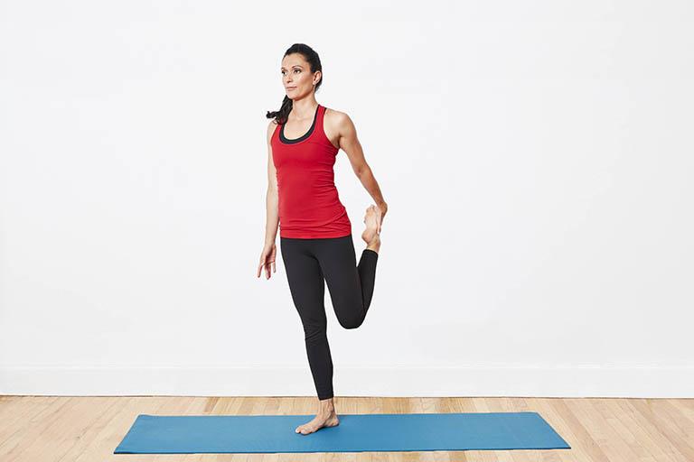 Bài tập yoga đứng tay đơn kéo chân điều trị bệnh thoái hóa khớp gối